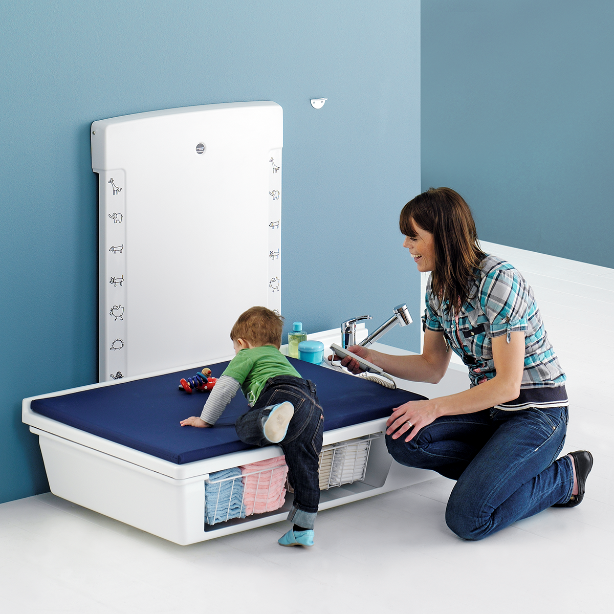 Changing table, 800 x 1400 mm, electrically height adjustable, with sanitary appliances and mixer tap with pull-out spout